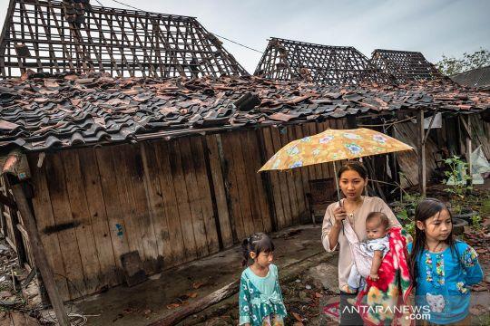 Angin puting beliung melanda permukiman di Demak