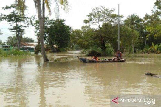 Warga Muaragembong Bekasi masih dikepung banjir