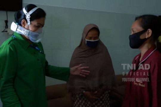 Ketum Persit KCK bantu pengobatan penjual kerupuk alami lumpuh