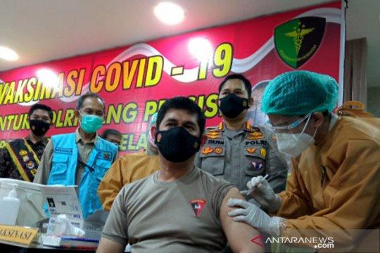 Vaksinasi COVID-19 untuk anggota polisi