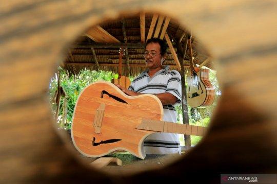 Permintaan menurun, perajin gitar akustik kurangi jumlah produksi