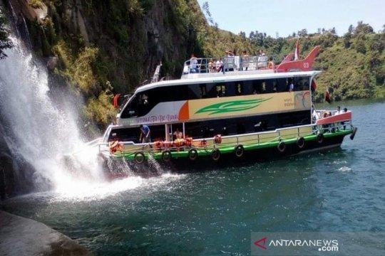 Kapal wisata Parapat siap antar pengunjung keliling Danau Toba