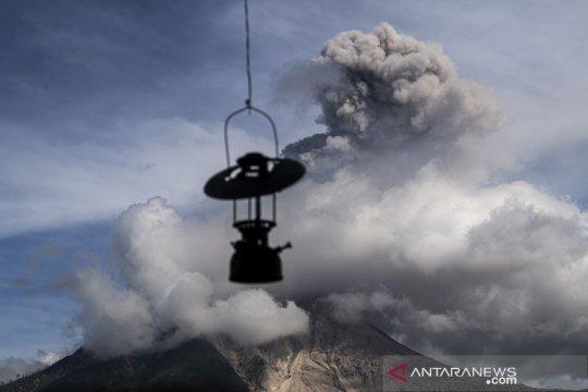 Guguran abu Gunung Sinabung teramati dengan jarak luncuran 1.000 meter