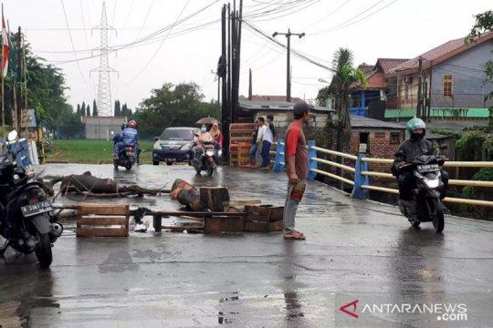 Jembatan penghubung Tambun - Bekasi nyaris putus