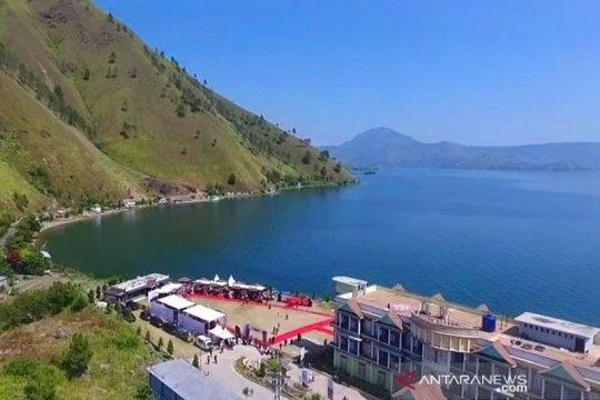 Menikmati dari dekat keindahan Danau Toba di Kabupaten Dairi