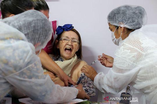 Vaksinasi COVID-19 Sinovac bagi lansia di Brazil