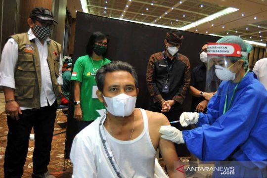 Menparekraf tinjau vaksinasi untuk pekerja pariwisata Bali
