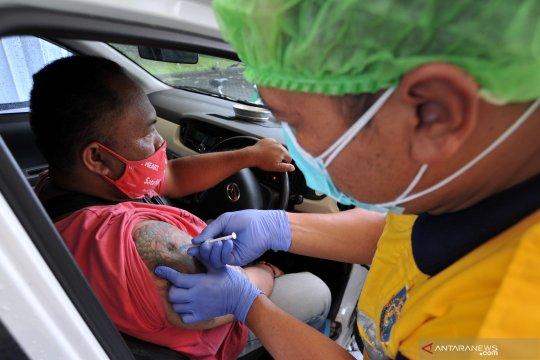 Kemarin, vaksinasi lansia drive thru hingga alasan perempuan mengalah