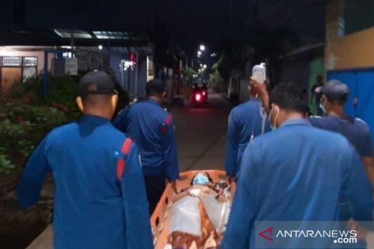Petugas Damkar evakuasi ibu melahirkan bayi prematur