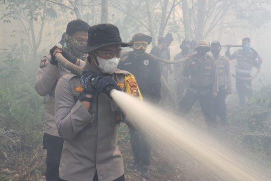 Petugas masih berjibaku memadamkan kebakaran lahan di Indragiri Hilir