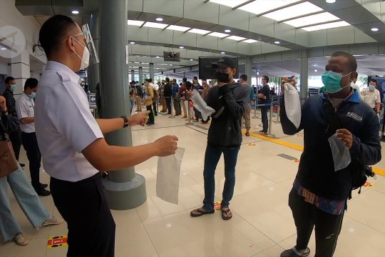 Antusiasmepenumpang KAterhadap GeNose C19 di Stasiun Pasar Senen
