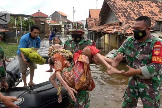 Banjir belum surut, Kodim 0710 Pekalongan terus lakukan evakuasi