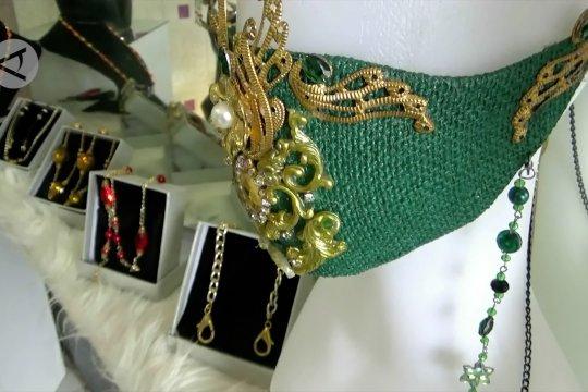 Raup untung dari merancang tali masker berbahan perak dan emas