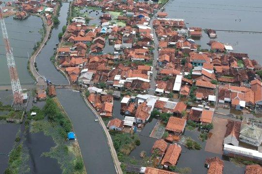 Banjir Pekalongan belum surut, bantuan terus mengalir