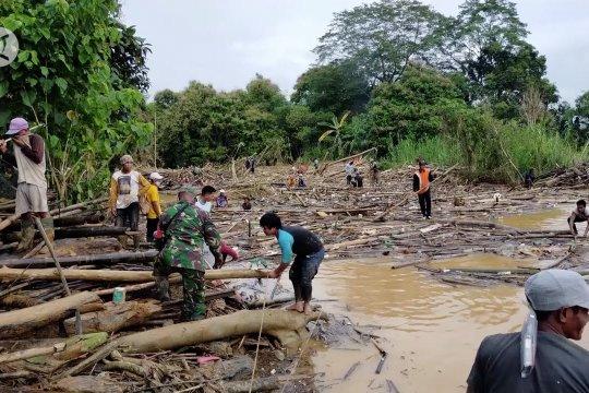 Bersama bersihkan aliran sungai Barabai agar banjir tak lagi terulang