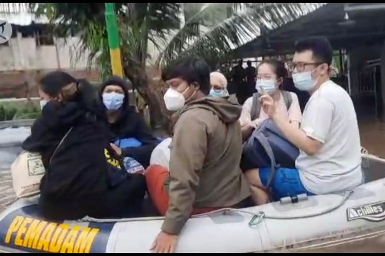 Dinas Gulkarmat DKI evakuasi korban banjir di Mampang