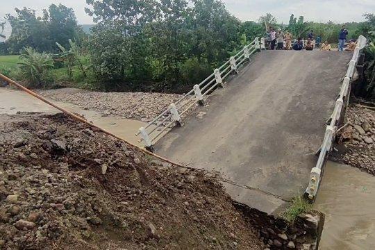 Jembatan penghubung Kabupaten Cirebon dan Kuningan putus