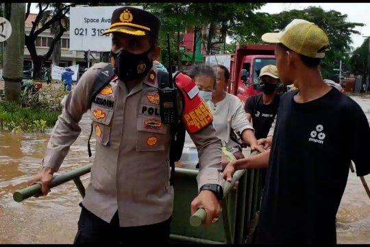 Kapolsek Kembangan evakuasi korban banjir dengan gerobak