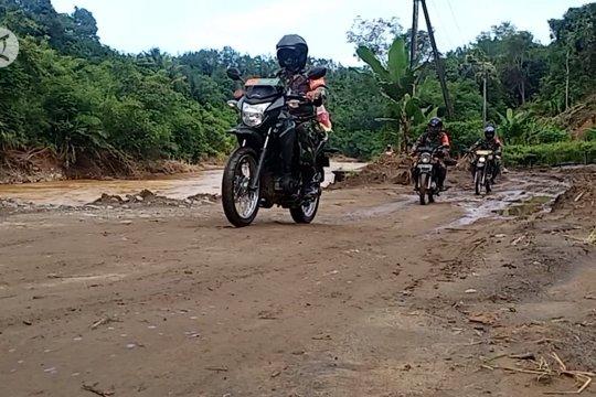 Kendarai roda dua, Kodim 1002 Barabai distribusikan bantuan sembako