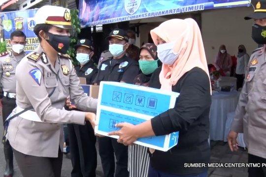 Korlantas Polri bagikan 500 paket sembako bagi warga DKI terdampak banjir
