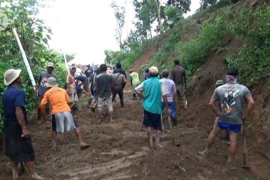 Longsor hantam rumah dan tutup jalan di Madiun