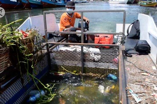 Membersihkan Batang Arau dengan kapal pengumpul sampah