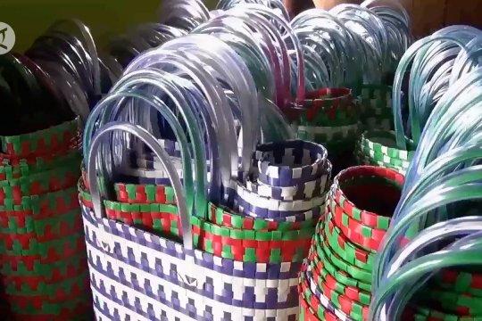 Perajin Ngawi bertahan dengan kreasi cantik anyaman plastik