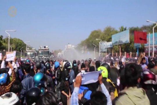 Pengunjuk rasa Myanmar kuyup oleh tembakan meriam air