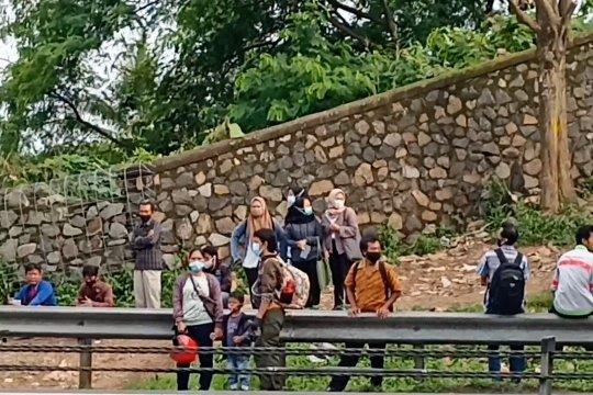 Petugas gabungan tertibkan pelanggaran di jalan tol Tangerang-Merak