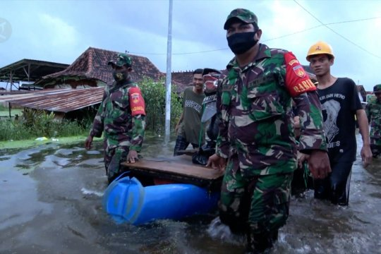 TNI bantu evakuasi warga terdampak banjir di Pekalongan