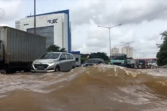 Tol Jakarta - Tangerang Sabtu sore masih banjir