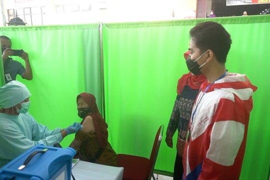 Wali Kota Gibran tinjau pelaksanaan vaksinasi di pasar tradisional