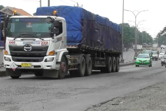 Kendaraan kelebihan muatan pemicu jalan rusak di Jawa Tengah