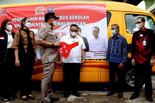 DPR dan Kemenhub serahkan bantuan bus sekolah untuk Kalbar