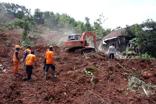 Longsor di Nganjuk, puluhan warga tertimbun