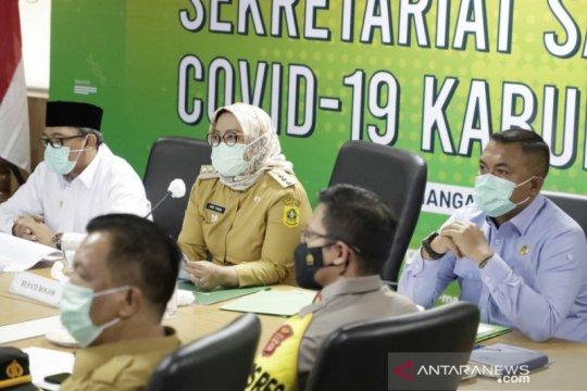 Bupati Bogor beri penghargaan kades hingga RT teladan tangani COVID-19