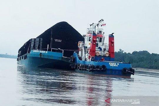 Hulu Sungai Barito surut, Tongkang bermuatan batu bara kandas