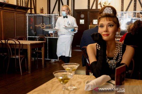 Patung lilin Audrey Hepburn dipajang di restoran steak
