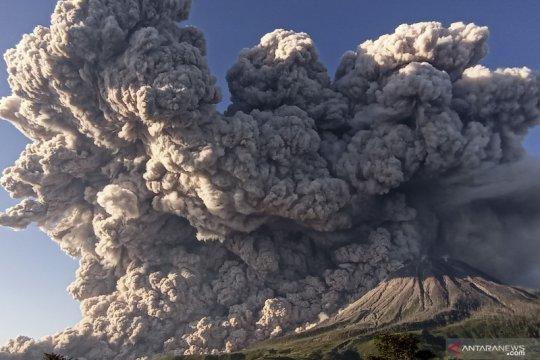 Erupsi Gunung Sinabung teramati dengan ketinggian 700 meter