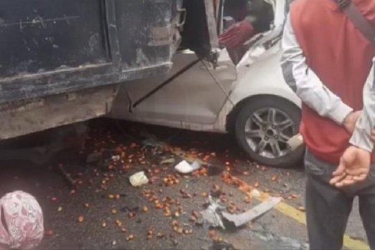 Dua orang meninggal akibat minibus tabrak ekor truk sawit