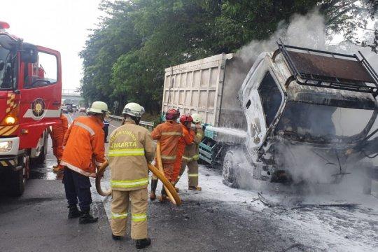 Arus pendek sebabkan truk bermuatan batubara terbakar di Tol Setu