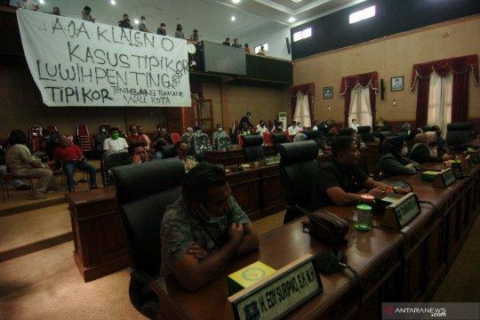 Mahasiswa bentangkan spanduk protes di dalam ruang sidang DPRD Kota Tegal