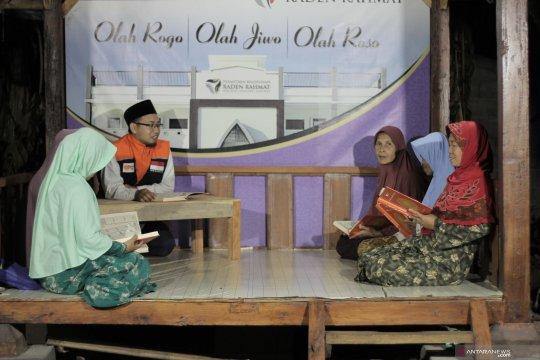 Elderly learn about religion at Raden Rahmat Islamic Boarding School