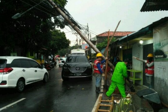 PLN evakuasi tiang listrik nyaris roboh di Pesanggrahan