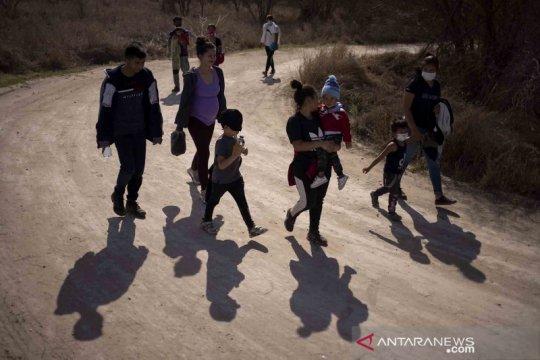 Sejumlah imigran berupaya masuk ke wilayah hukum Amerika Serikat