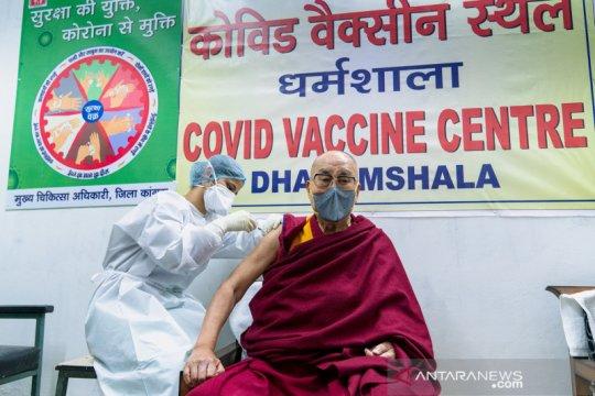 Dalai Lama disuntik vaksin COVID-19 di Dharamsala