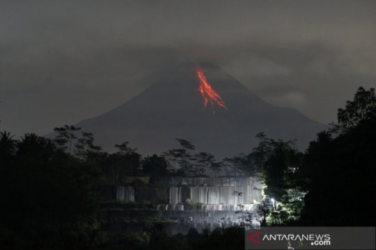 Gunung Merapi meluncurkan guguran lava pijar sejauh 1 km