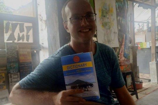 Andrew Friend, bule AS pencipta kamus Bahasa Suku Sasak