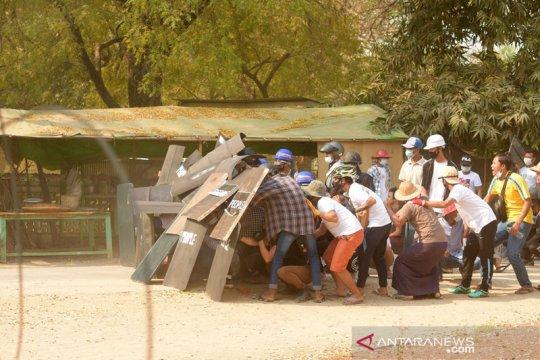 Demonstrans turun ke jalan-jalan Myanmar setelah penggerebekan
