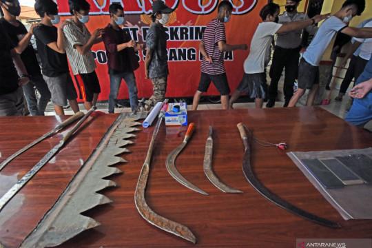Polisi tangkap empat pemuda bawa senjata tajam di Jatinegara